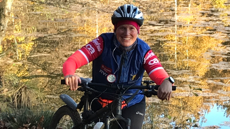 Wehebachtalsperre mit Mountainbike Fahrerin